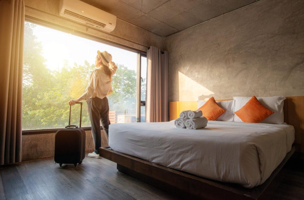 Turystka w pokoju hotelowym